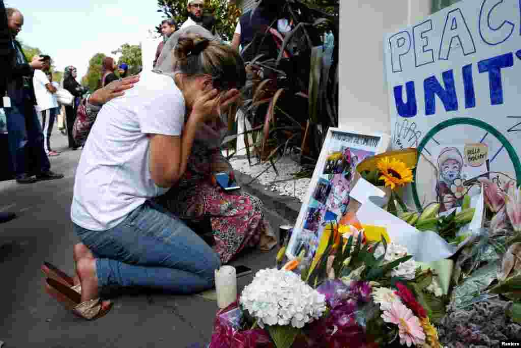 حدود ۱۰ روز پس از حمله مسلحانه به دو مسجد در کرایس چرچ نیوزلند، ادای احترام مردم به قربانیان این حادثه و همدری با بستگان آنها ادامه دارد.
