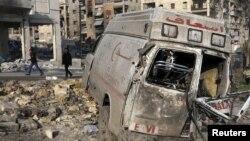 居民在元旦走过一辆被摧毁的急救车