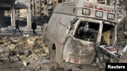 Chiếc xe cấp cứu bị hư hại vì giao tranh ở Aleppo, Syria, 1/1/13