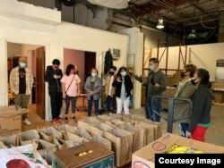 Para relawan menyiapkan paket makanan yang akan dibagikan dalam food drive. (foto: courtesy)