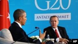 El presidente Barack Obama conversa con el mandatario turco, Recep Tayyip Erdogan, durante una reunión en Antalya, Turquía, donde asisten a la cumbre del G20.