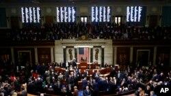 众议院成员就针对特朗普总统的弹劾条款进行表决,议长佩洛西站在主席台上。(2019年12月18日)