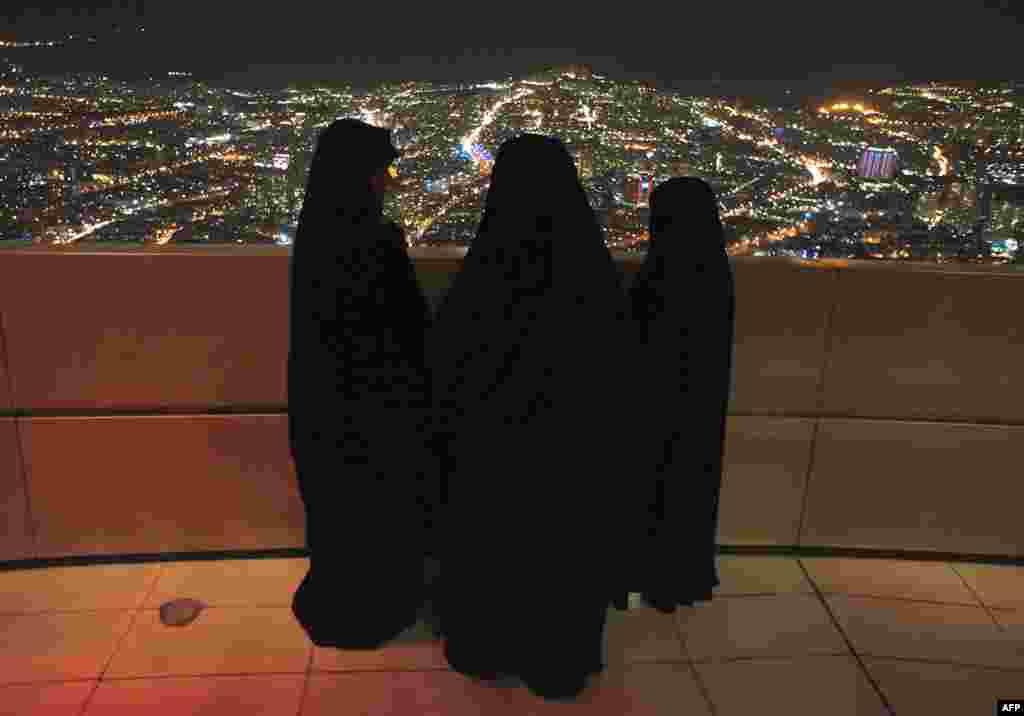 Các phụ nữ Iran đứng tại tháp viễn thông Tehran trước dịp kỷ niệm 32 năm cuộc cách mạng Hồi Giáo Iran, 11 tháng 2 năm 2011 (Reuters)