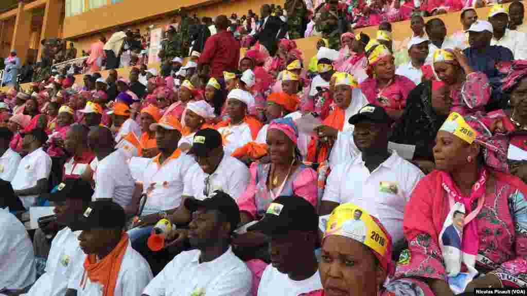 Des militants du PNDS, le parti de Mahamadou Issoufou, habillés en rose lors du dernier meeting de campagne de Mahamadou Issoufou au stade Seyni Kountché, Niamey, 18 février 2016 (VOA/Nicolas Pinault)