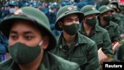 Tân binh quân đội Việt Nam trong một buổi lễ tại Hà Nội vào ngày 27/2/2021 trước khi đi nhận nhiệm vụ.