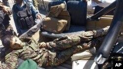 8일 아프가니스탄 잘랄라바드 시 주지사 관저 인근에서 아프가니스탄 정부군 병사가 총격을 가해 나토 군 병사 1명이 사망했다. 사살된 아프가니스탄 정부군 병사의 시체가 군용차에 실려있다.