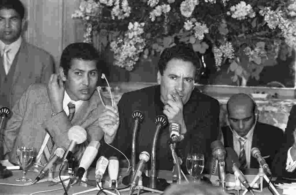 سرهنگ معمر قذافی در یک کنفرانس مطبوعاتی در پاریس در ۲۵ نوامبر ۱۹۷۳.