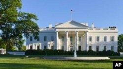 Seorang penyusup melompati pagar bangunan Gedung Putih, Jumat malam (19/9).