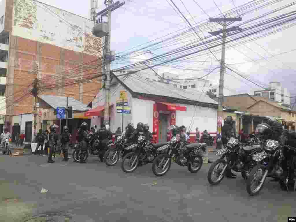 La policía desplegó varios agentes en distintos puntos de la ciudad para controlar las protestas.