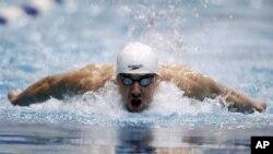 Phelps, con 26 años de edad, ganó seis oros y dos bronces, en los olímpicos de Atenas en 2004 y ocho oros en Pekín, en el 2008.