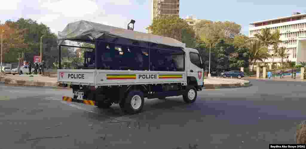 Les GMI (Groupement Mobile d'Intervention) de la police patrouillent aux alentours de l'Assemblée nationale de Dakar, au Sénégal, le 19 avril 2018. (VOA/Seydina Aba Gueye)