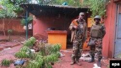Des soldats maliens déployés après une attaque terroriste à l'hôtel Byblos à Sévaré, au Mali, 11 août 2015. epa/ STR