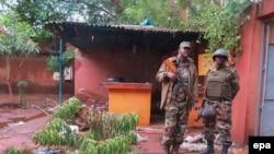 Des soldats maliens sur les lieux d'une attaque à Sevare, le 7 août 2015.
