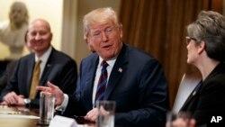 El presidente Donald Trump en la Casa Blanca, reunido con gobernadores y senadores de estados agrícolas anunció que ha ordenado a sus asesores comercial y económico revisar la posibilidad de que EE.UU. se reincorpore al TPP. Abril 12 de 2018.