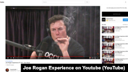 Elon Musk 'fumando' durante un podcast con el comediante Joe Rogan.