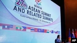 ລັດຖະມົນຕີ ຕ່າງປະເທດ ມາເລເຊຍ ທ່ານ Anifah Aman ກ່າວຕໍ່ບັນດານັກຂ່າວ ຢູ່ ກອງປະຊຸມສຸດຍອດ ASEAN ຄັ້ງທີ່ 27th ທີ່ນະຄອນຫລວງ Kuala Lumpur ປະເທດ Malaysia, ເດືອນພະຈິກ ທີ 18, 2015.