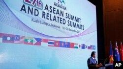 Menlu Malaysia Anifah Aman berbicara kepada media pada pembukaan KTT ASEAN di Kuala Lumpur, Rabu (18/11).