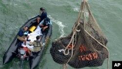 """Prebacivanje tela žrtava sa leta """"Er Azije"""" broj 8501 na brod indonežanske mornarice"""