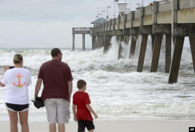 Las olas rompen contra el muelle de pesca Okaloosa en la isla Okaloosa en Fort Walton Beach, Florida, el martes 9 de octubre de 2018, cuando el huracán Michael se acerca al Panhandle. (Nick Tomecek / Northwest Florida Daily News a través de AP)