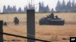 Hình từ một video nghiệp dư cho thấy xe tăng của quân đội Syria trong thành phố Daraa