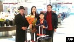 Vợ và con trai 12 tuổi của cựu giáo sư đại học Quách Tuyền đã đến Los Angeles qua sự giúp đỡ của nhiều tổ chức Ky-tô giáo.