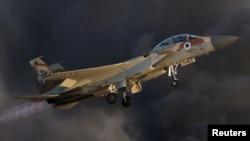 이스라엘 남부 하체림 공군기지에서 진행된 공군조종사 교육과정 졸업식에서 시범 비행중인 F-15 전투기. (자료사진)