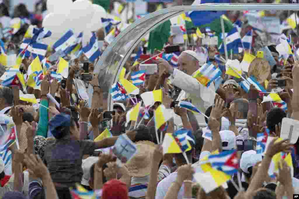 Paus Fransiskus tiba untuk Misa Minggu di Lapangan Revolusi di Havana, Kuba.