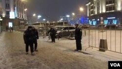 索契奥运开幕当天,莫斯科市中心军警密布,这是在国家杜马大楼前(美国之音 白桦)
