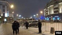 索契奧運開幕當天,莫斯科市中心軍警密布國家杜馬大樓前(美國之音 白樺)