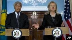 AQSh Davlat kotibasi Xillari Klinton va Qozog'iston Tashqi ishlar vaziri Yerlan Idrisov, Davlat departamenti, Vashington, 3-oktabr, 2012 (AP Photo/Carolyn Kaster)
