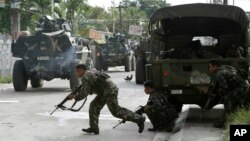 Government troopers continue their assault on Muslim rebels, Sept. 12, 2013, in Zamboanga city in the southern Philippines.