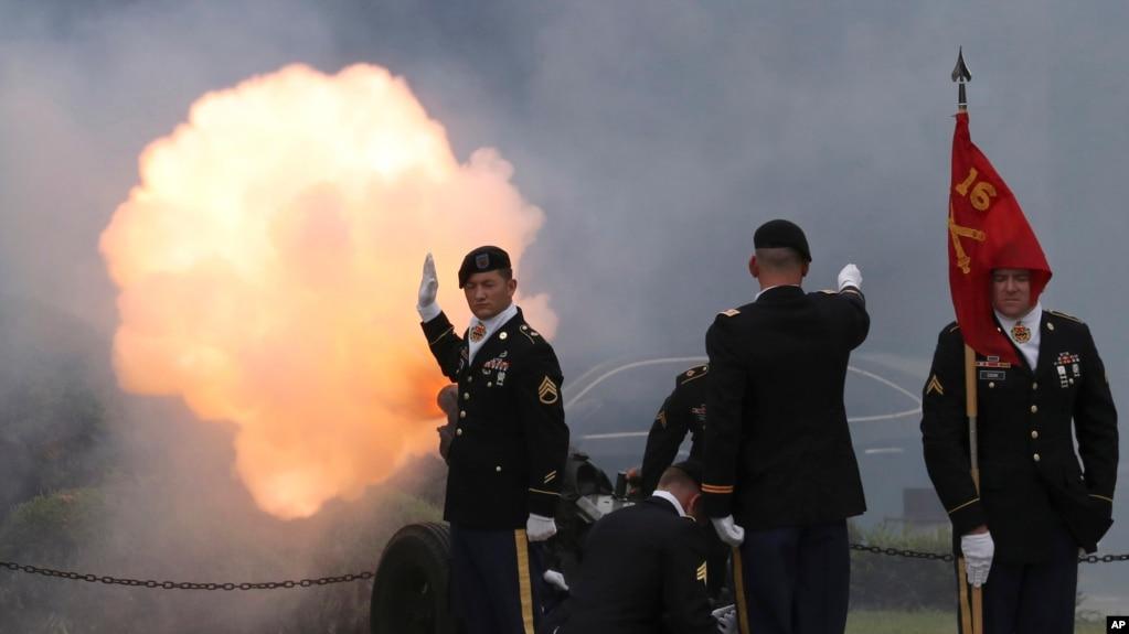 在�n��首��的美�基地�e行�Q��x式,�n��-美����副司令�Q人,�Q放�Y炮。( 2017年8月11日)