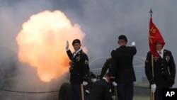 在韩国首尔的美军基地举行换将仪式,韩国-美国联军副司令换人,鸣放礼炮。( 2017年8月11日)