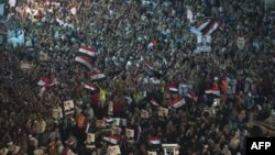 Para pendukung presiden Mohamed Morsi berkumpul dalam aksi duduk di luar masjid Rabaa al-Adawiya, Kairo (1/8).