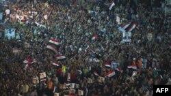 ພວກສະໜັບສະໜຸນ ປະທານາທິບໍດີທີ່ຖືກໂຄ່ນລົ້ມຂອງອີຈິບ ທ່ານ Mohamed Morsi ໂຮມຊຸມນຸມກັນ ໃນລະຫວ່າງເລີ້ມ ການນັ່ງປະທ້ວງ ຢູ່ນອກວັດ Rabaa al-Adawiya ໃນ ກຸງໄຄໂຣ (1 ສິງຫາ 2013)