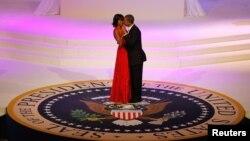 Obama e esposa Michelle dançam a tomada de posse