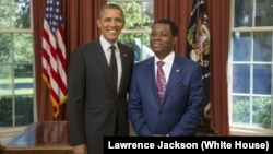 Duta Besar Guinea Khatulistiwa untuk AS, Ruben Maye Nsue Mangue (kanan) saat bertemu Presiden Obama di Gedung Putih (foto: dok).
