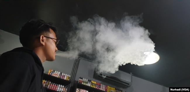 Bagi pemakainya, vape membantu mengalihkan mereka dari rokok konvensional. (Foto: VOA/ Nurhadi)