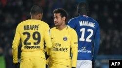 Neymar et Mbappé lors du match contre Strasbourg, le 2 décembre 2017.