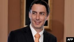 Амос Хохстейн працював у Державному департаменті США в часи президентства Барака Обами, а згодом був членом наглядової ради державної української компанії Нафтогаз України 2017-2020 р.