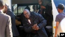 Madugun 'yan adawan Zimbabwe yayinda ya isa kotu a Harare babban birnin Zimbabwe da ankwa