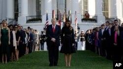លោកប្រធានាធិបតី Donald Trump និងលោកជំទាវ Melania Trump ឈរស្មឹងស្មាធដើម្បីប្រារព្ធខួបនៃការវាយប្រហារថ្ងៃទី១១ ខែកញ្ញា នៅក្នុងសេតវិមាន កាលពីថ្ងៃទី១១ ខែកញ្ញា ឆ្នាំ២០១៧។