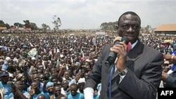 Nhà lãnh đạo đối lập ở Uganda Kizza Besigye nói chuyện tại một buối mít tinh trong thủ đô Kampala