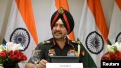 란비르 싱 인도 군사작전단장이 29일 기자회을 열고, 파키스탄 접경의 반군 세력에 대한 정밀타격을 실시했다고 발표했다.