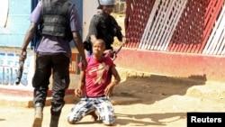 지난해 10월 콩고민주공화국에서 시위대원을 체포하는 경찰관들. (자료사진)