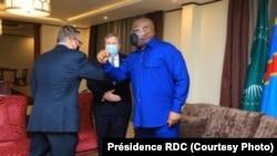 Président Félix Tshisekedi (D) ayambi motindami ya lokumu ya Etats-Unis mpo liseke to corne ya Afrika Jeff Feltman (G) elongo na ntoma na ya Amerika na Kinshasa Mike Hammer (C) na Goma, Nord-Kivu, 26 juin 2021. (Présidence RDC)