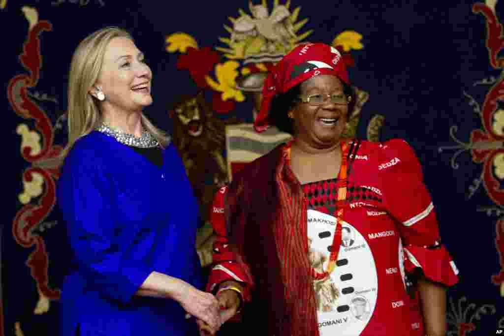 Hillary Rodham Clinton com a Presidente do Malawi, Joyce Banda, em Lilongwe