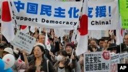 센카쿠 열도의 중국 영유권 주장 철회할 것을 촉구하며 도쿄 시내에서 대규모 반중(反中) 시위를 벌이고 있는 일본 시민들