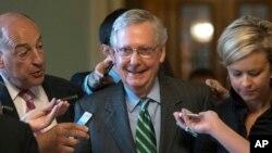 미치 매코넬 공화당 상원 원내대표가 22일 의회에서 '오바마케어'를 대체할 새 건강보헙법안을 발표한 후 회의장을 나서고 있다.