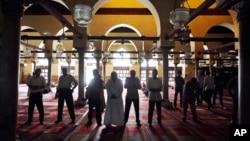 Des Egyptiens en prière dans la mosquée d'Al-Azhar au Caire, Egypte, 14 juillet 2-13.